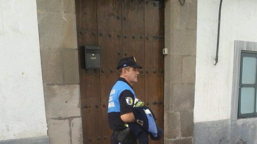 Sandalias Local Telde Y Con Trabajar A Un Policía En De Va Muletas mN8wn0vO