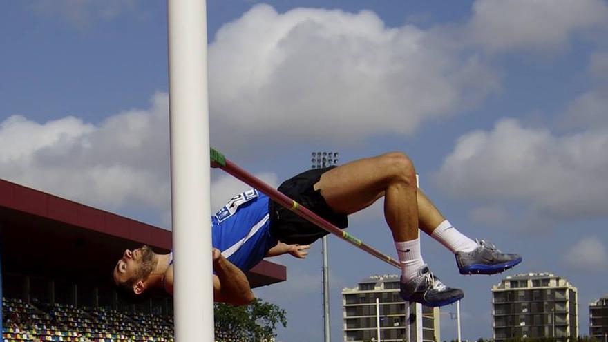 El saltador del Tenerife CajaCanarias Simón Siverio.