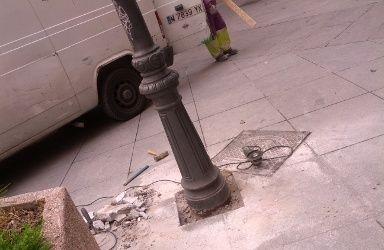 Farola que está siendo retirada del tramo de la calle Ruiz más cercano al Dos de Mayo