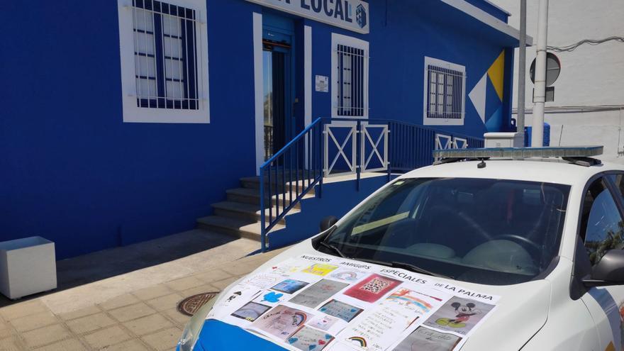 Un coche patrulla de la Policía Local de Santa Cruz de La palma muestra mensajes de Niños Especiales durante la COVID.