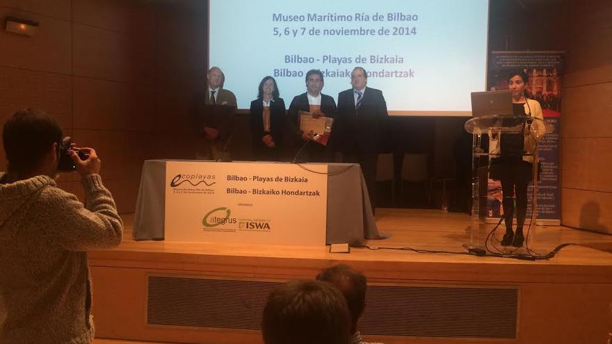 En la imagen, el alcalde de San Andrés y Sauces, este viernes, en Bilbao, en el acto de entrega del premio Ecoplayas 2014'  a El Charco Azul.