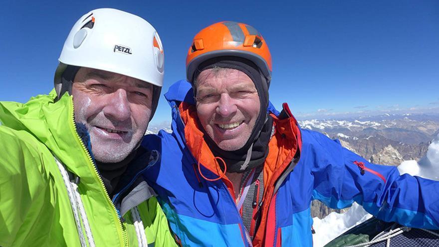 Paul Ramsden y Mick Fowler en la cima del Hagshu (6.515 metros) (Col. Mick Fowler).