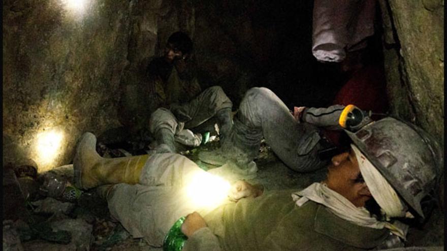 Mineros boliviano en las minas de Cerro Rico. Fotografía: Diego Represa (Hemisferio Zero).
