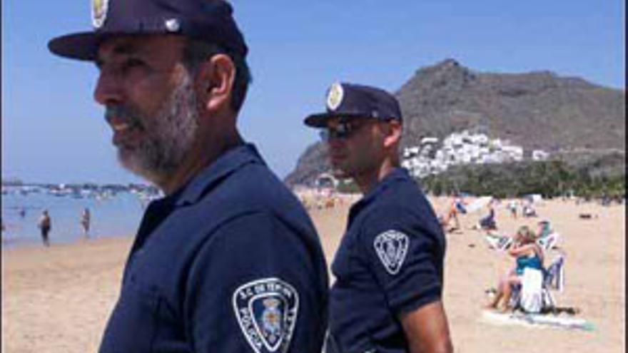 Policías locales en la playa santacrucera de Las Teresitas. (CANARIAS AHORA)