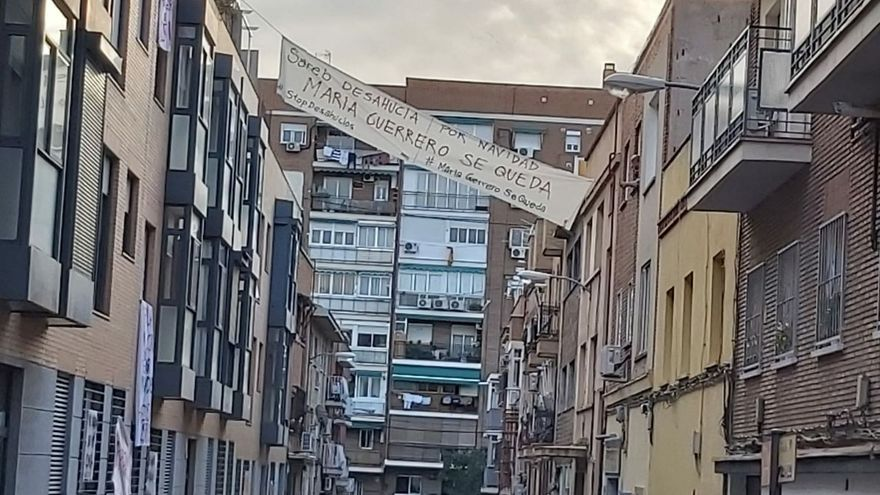 Pancarta en la calle María Guerrero, donde se ubica los bloques de la Sareb.