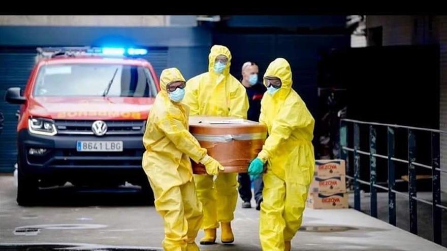 Los bomberos del Parque de las Rozas de Madrid realizan labores de retirada de cadáveres en las residencias.
