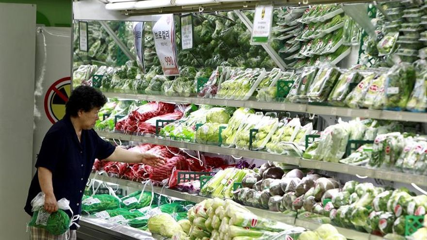 Una mujer compra en un supermercado de Seúl (Corea del Sur).