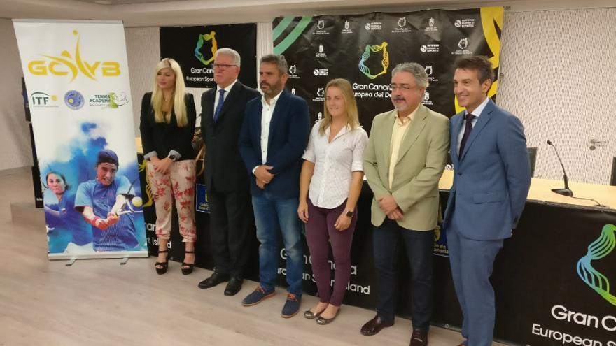 Anastasia Yakimova (tercera por la derecha) durante la presentación del Gran Canaria Yellow Bowl.
