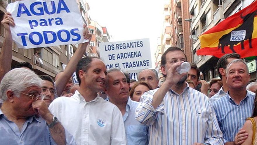 Mariano Rajoy junto a Francisco Camps y otros líderes autonómicos del PP en una manifestación a favor del trasvase del Ebro, en 2005 EFE / ISRAEL SANCHEZ
