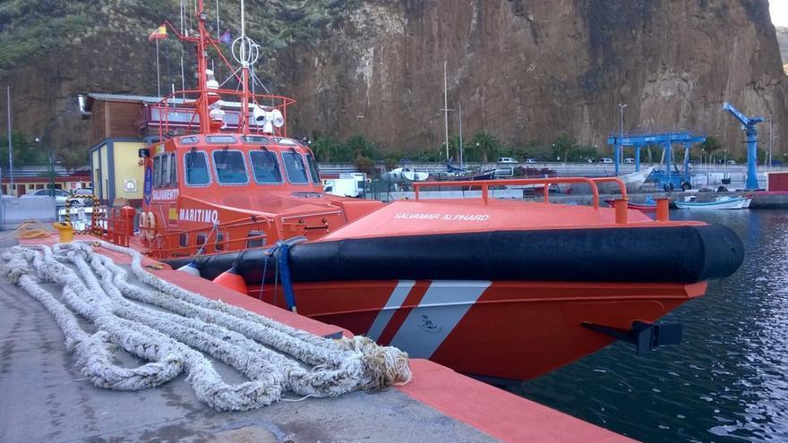 En la imagen, la estacha de 56 metros de largo retirada por la embarcación de Salvamento Marítimo, en el muelle pesquero de Santa Cruz de La Palma. Foto:  Salvamento Marítimo.