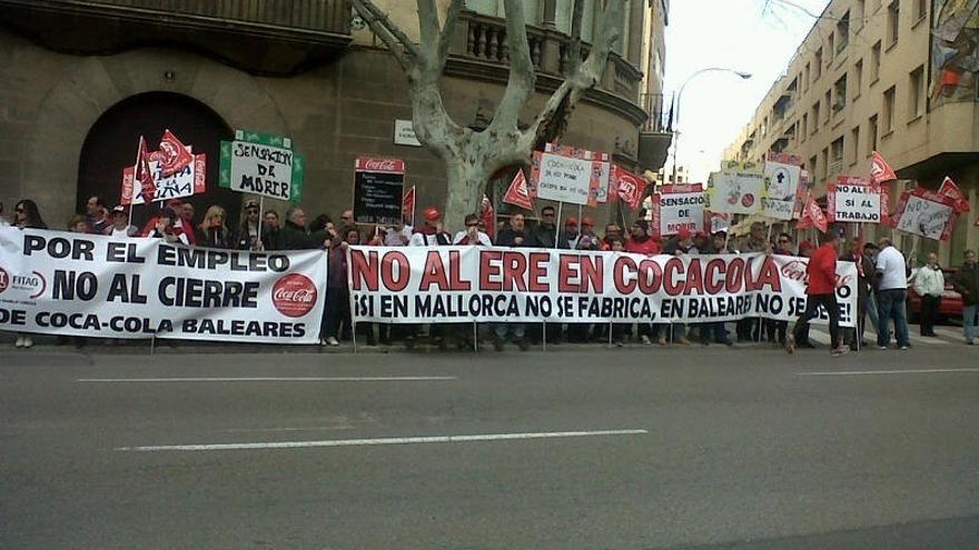 Los trabajadores de Coca-Cola se manifiestan ante los Juzgados de Palma en protesta por el ERE
