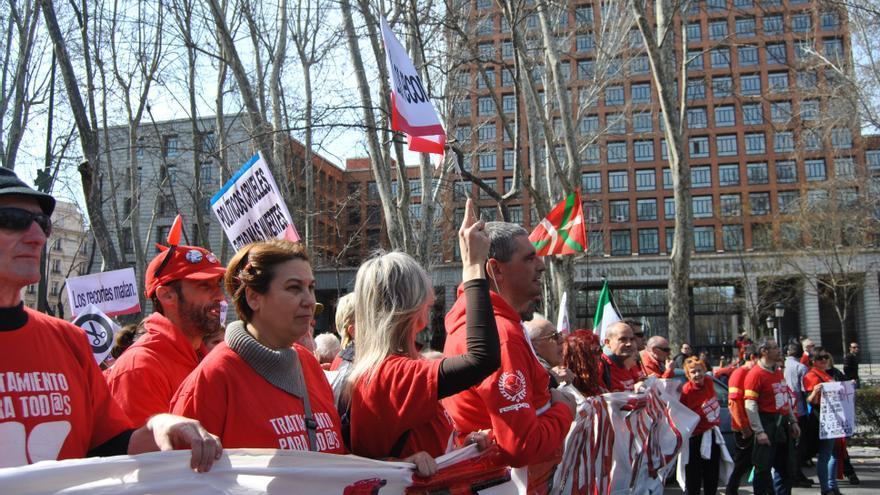 Parte de los manifestantes recorren el paseo del Prado a la altura del Ministerio de Sanidad. \ Mercedes Domenech