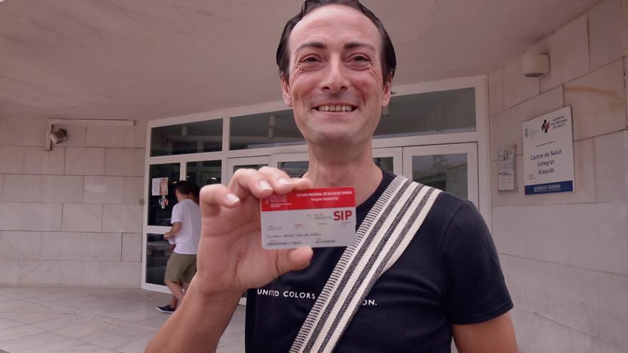 Gloria Missel, una de las protagonistas del documental valenciano 'Resistencia Trans' muestra su nueva tarjeta SIP con su nombre actual.