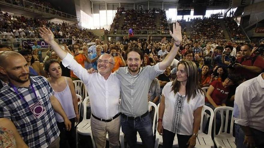 Antonio Montiel, líder valenciano de Podemos, y Pablo Iglesias, en Alicante. / Efe
