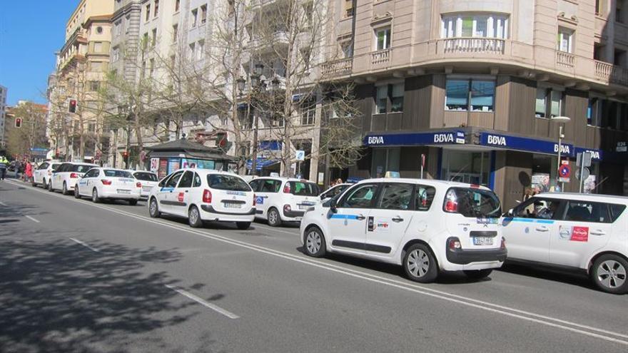 Manifestación de taxistas por las calles de Santander.