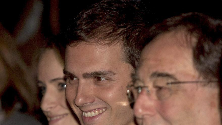 El candidato de Ciutadans, Albert Rivera (2d), junto al jurista Francesc de Carreras (d), durante el acto central de campaña de su partido celebrado hoy en el Teatro Villarroel de Barcelona, el 20/11/2010.