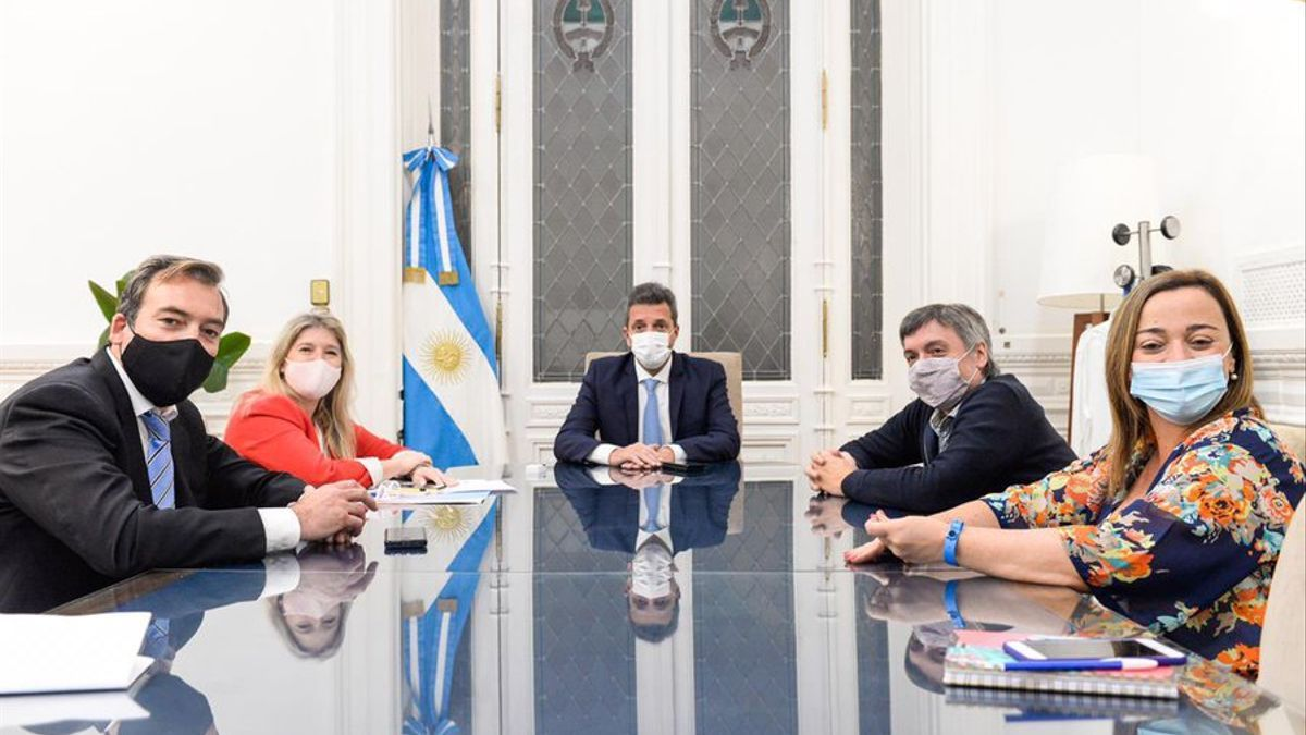 Soria con Massa, Máximo Kirchner, Álvarez Rodríguez y Cecilia Moreau en la previa de la sesión por Ganancias.