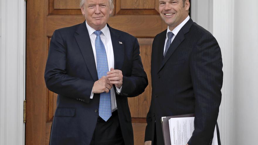 Kris Kobach, secretario de Estado de Kansas, fotografiado con los documentos antes de su reunión con Donald Trump