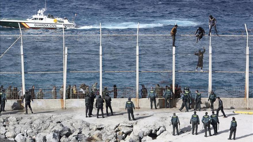 Unos 400 inmigrantes intentan saltar la valla de Melilla