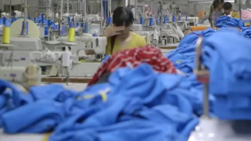 Trabajadora de una fábrica camboyana que abastece a multinacionales como H&M o Benetton/ Captura de un reportaje de VICE
