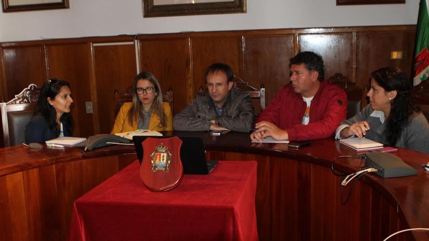 El alcalde de El Paso, Sergio Rodríguez (c), y el primer teniente de alcalde, Andrés Carmona, con otros concejales del municipio.