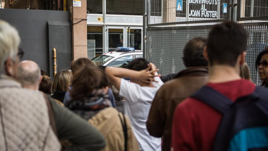 El acceso al instituto Joan Fuster en Barcelona / ENRIC CATALÀ