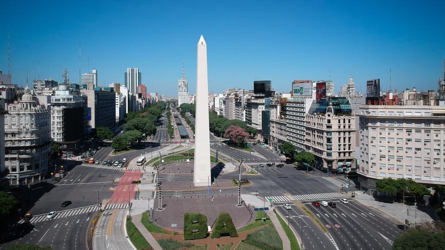 Vista área del sector del Obelisco, prácticamente vacío, durante el primer día de aislamiento en Buenos Aires (Argentina).