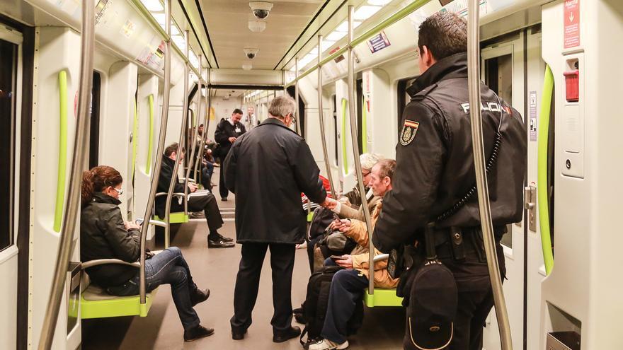 Un revisor pide el billete a un viajero en presencia de la Policía