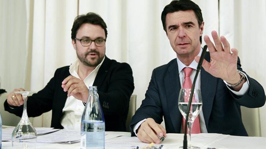 El ministro de Industria, Energía y Turismo y presidente del Partido Popular (PP) de Canarias, José Manuel Soria (d) junto a Asier Antona (i). (Efe/Cristóbal García).