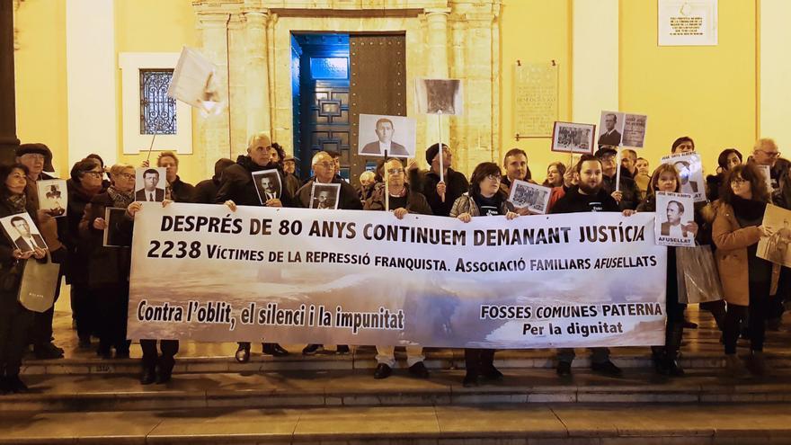 Una de las concentraciones de los familiares de las víctimas en la plaza de la Virgen de Valencia