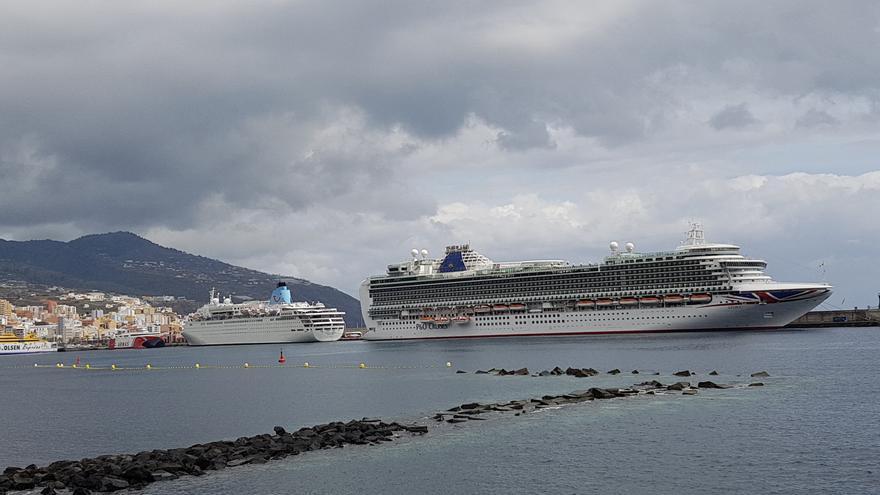 Este domingo, 31 de marzo, los buques de crucero 'Azura' y 'Marella Dream' en el Puerto de Santa Cruz de La Palma.