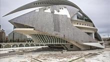 """Diez operarios especializados en trabajos verticales, trabajan en la retirada del revestimiento de """"trencadís"""" de la cubierta del Palau de les Arts en 2010."""