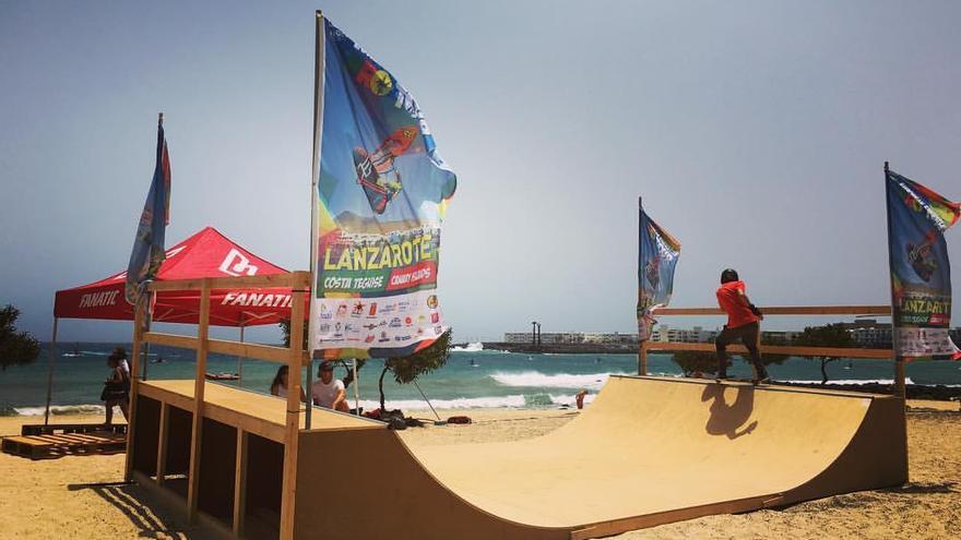 Una 'miniramp' del Extreme Center montada en Costa Teguise (Playa de las Cucharas), en el Campeonato Europeo de Windsurf celebrado en Lanzarote.