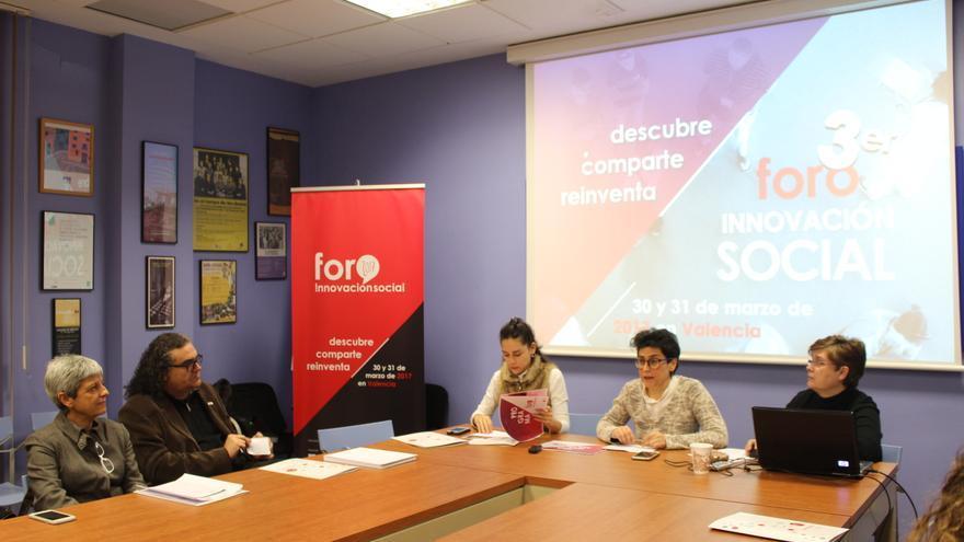 Lourdes Mirón, presidenta de Jovesolides (centro), en la presentación del Foro