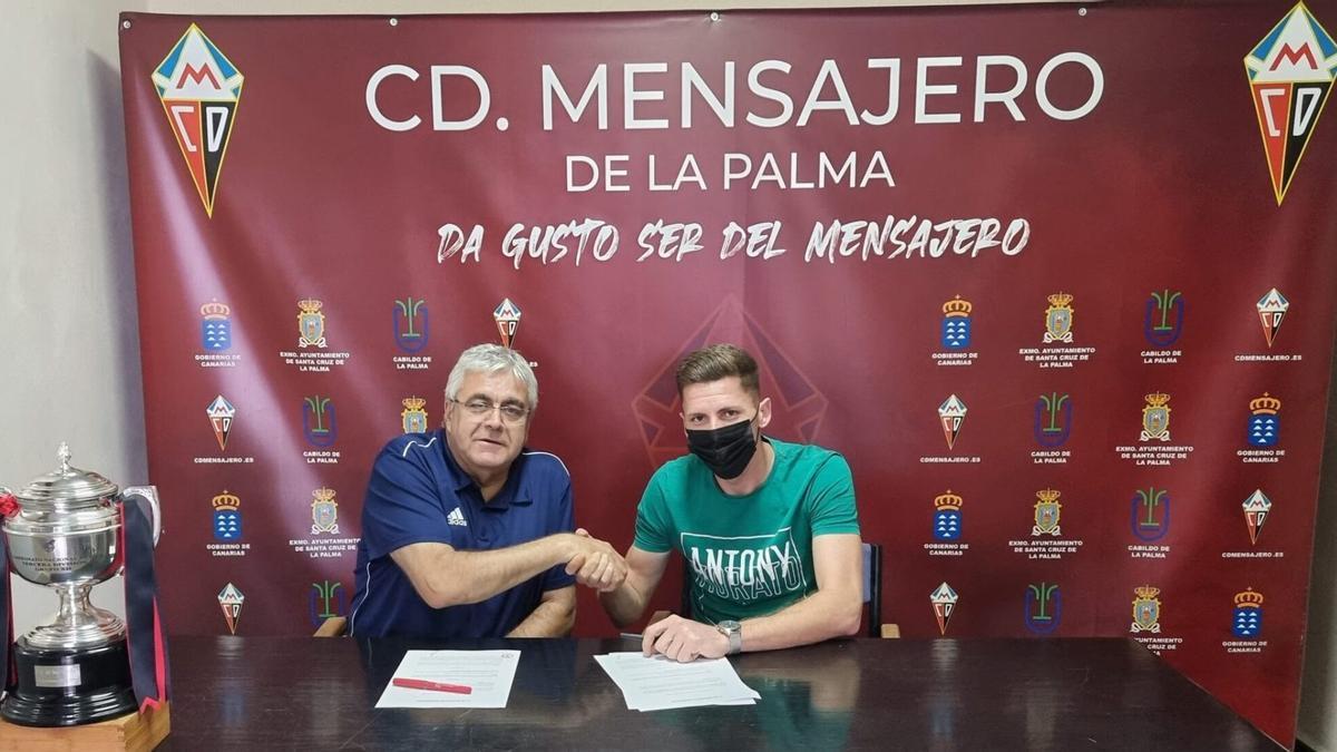 Roberto eslava en la firma del nuevo contrato.