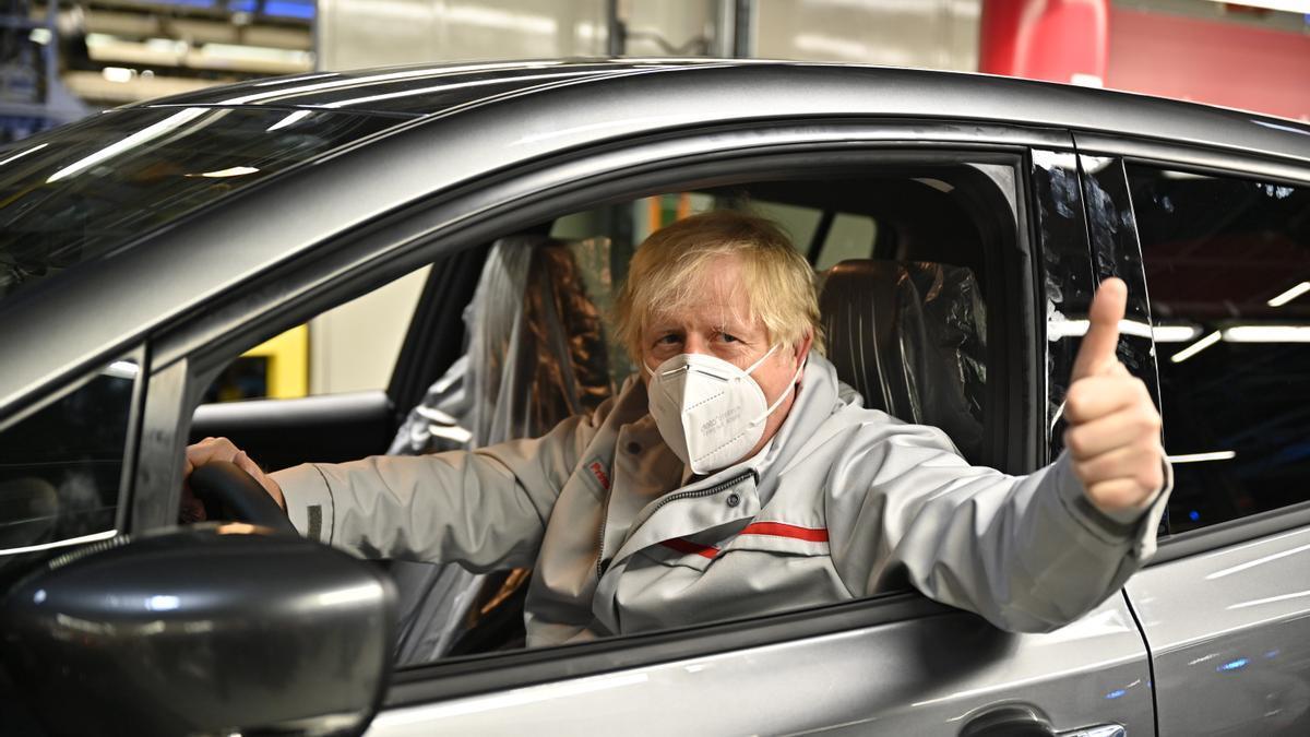 El primer ministro británico, Boris Johnson, durante una visita a una fábrica de Nissan el pasado 1 de julio
