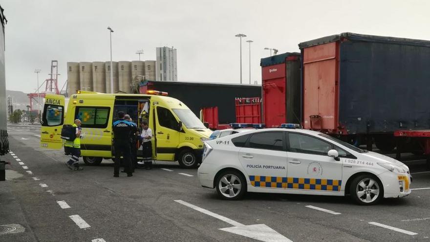 El hombre herido es atendido por el personal sanitario del Servicio de Urgencias Canario (.