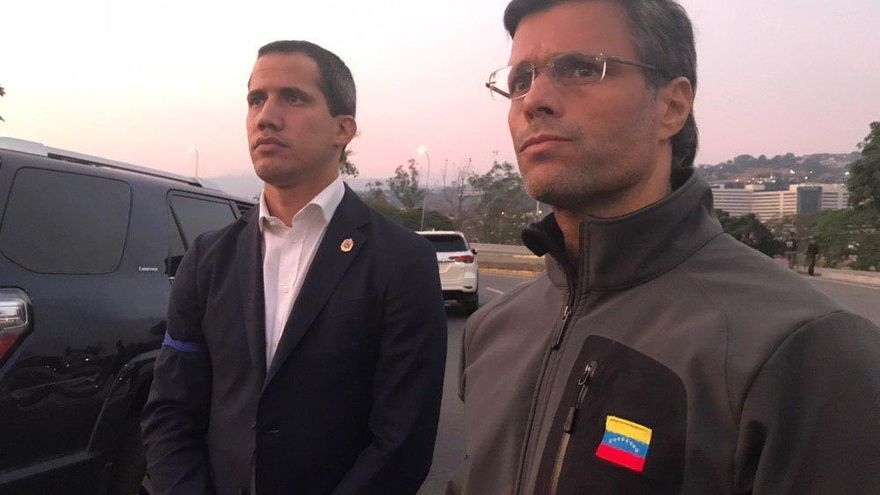 Leopoldo López, derecha, junto a Juan Guaidó, tras ser liberado