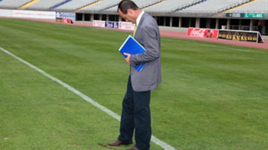Óscar Hernández, en una imagen del pasado 3 de septiembre, inspecciona el estado del césped del Estadio de Gran Canaria. (ACFI PRESS)