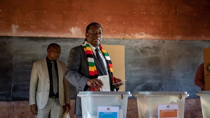 Presidente Mnangagwa toma la delantera en elecciones presidenciales de Zimbabue