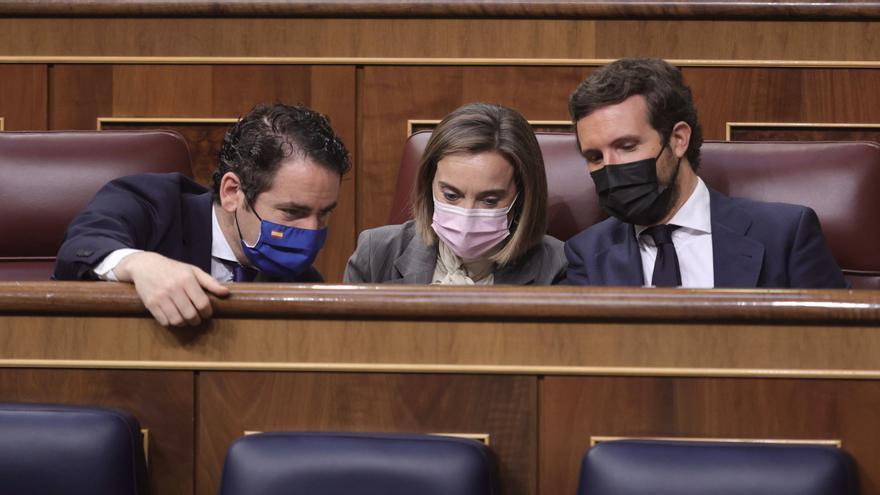 El secretario general del Partido Popular, Teodoro García Egea; la portavoz del PP en el Congreso, Cuca Gamarra; y el líder del PP, Pablo Casado, conversan en una sesión de control al Gobierno en el Congreso. En Madrid, a 30 de junio de 2021.