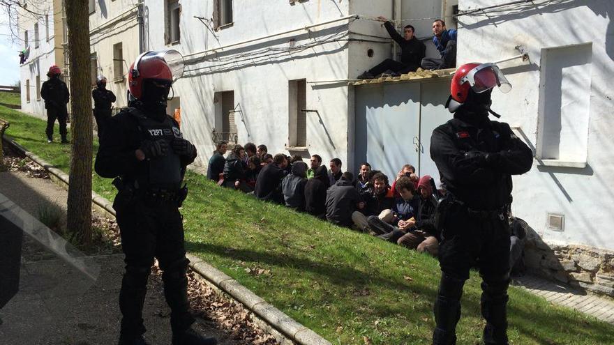 Agentes de la Ertzaintza en el barrio de Errekaleor durante el corte de luz. (foto del Twitter de Errekaleor Bizirik)