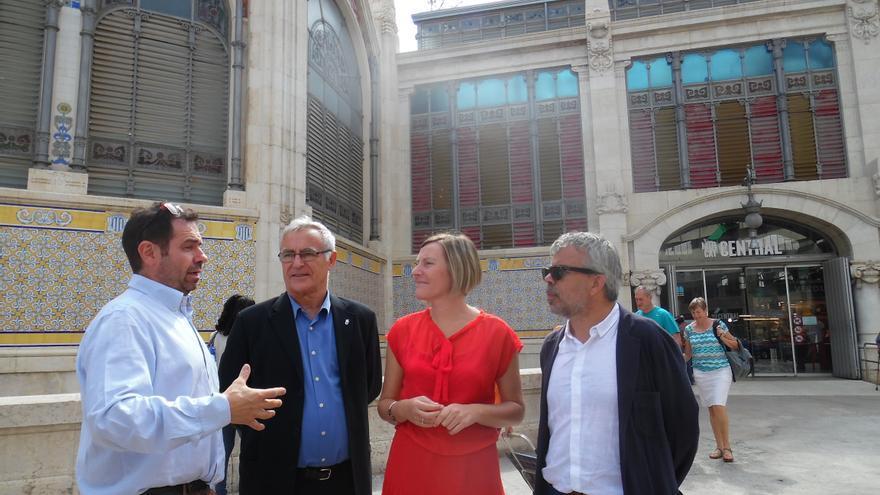 Joan Ribó, alcalde de Valencia, y María José Salvador, consellera de Vivienda, en el centro, junto al Mercado Central de Valencia.