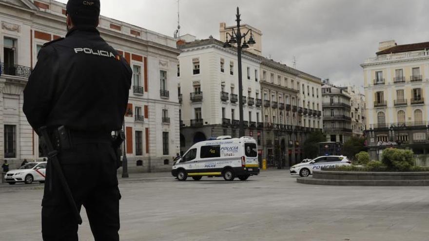 Agentes de la Policía Nacional vigilan este viernes la madrileña Puerta del Sol.