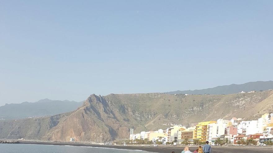 En la imagen, un grupo de concejales de Santa Cruz de La Palma, este miércoles, en la playa. Foto: PP