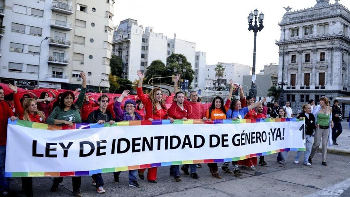 La Ley 26.743 permite que las personas trans sean inscriptas en sus documentos personales con el nombre de elección y su género, pero en su artículo 11 especifica la autorización judicial para intervenciones de cambio de sexo.