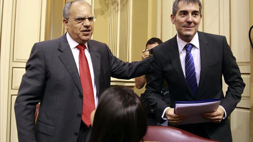 El candidato a la Presidencia del Gobierno de Canarias, Fernando Clavijo (d), saluda al diputado de la Asociación Socialista Gomera, Casimiro Curbelo, tras su intervención en la segunda y última sesión del debate de investidura de Clavijo como presidente de la comunidad autónoma. (EFE)