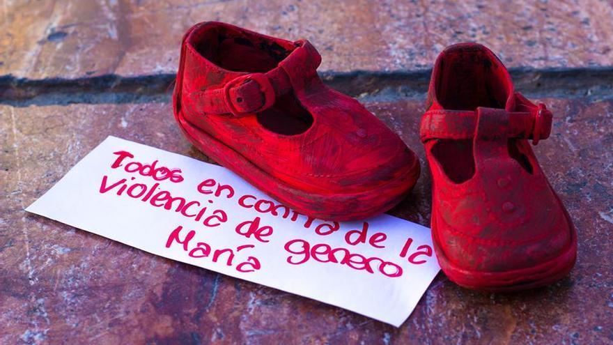 """""""Todos contra la violencia de género"""", letrero con zapatos rojos en la ciudad de Córdoba /Zapatos Rojos Córdoba Málaga"""