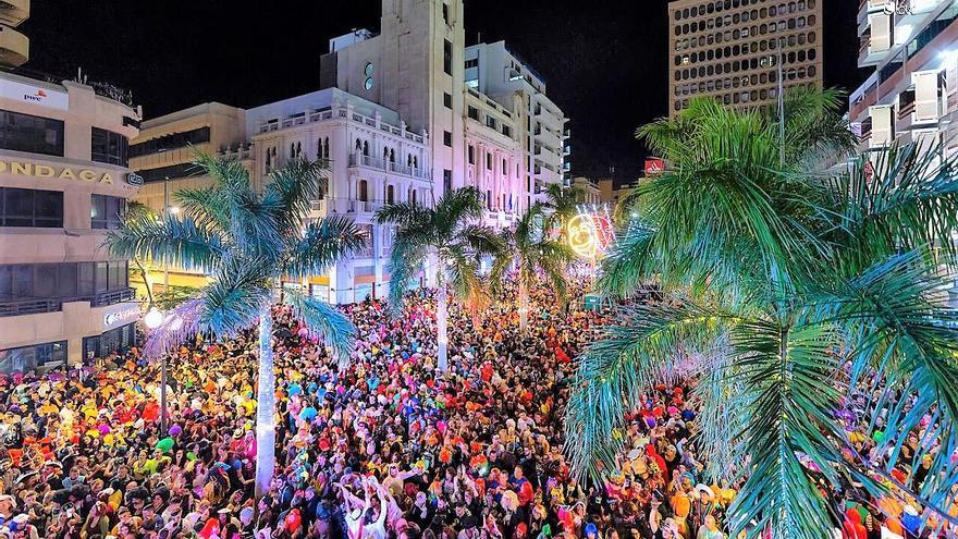 Plaza de España, el corazón de la fiesta de la máscara en la capital tinerfeña