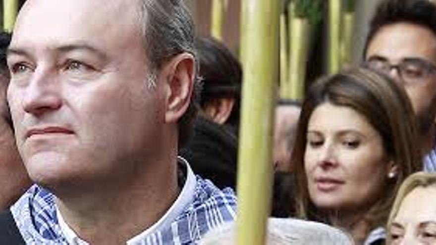 Esther Pastor detrás del presidente de la Generalitat, Alberto Fabra.
